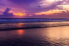 在库塔海滩,巴厘岛,印度尼西亚的剧烈的日落 免版税库存照片