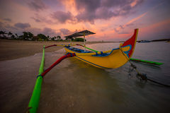 在库塔海滩的巴厘岛小船早晨 库存照片