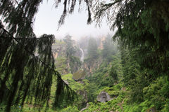在库尔卢谷的瀑布在库尔卢镇,印度附近 库存照片
