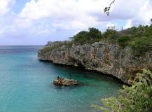 在库拉索岛的岩石海岸和绿松石水 免版税库存照片