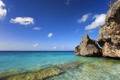 在库拉索岛的岩石海岸和绿松石水 图库摄影