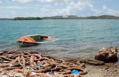 在库拉索岛的被放弃的凹下去的小船 库存图片