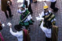 在库斯科秘鲁南美洲传统服装的游行 免版税库存照片