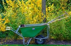 在库肯霍夫庭院的花匠的独轮车,利瑟,南荷兰省 库存照片