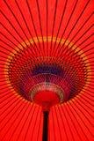 在底下五颜六色的遮阳伞红色 库存图片