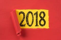 在底下揭露2018年的红色纸被撕毁的张 图库摄影