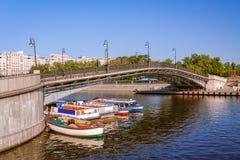 在底下莫斯科和河船的卢日科夫桥梁 图库摄影