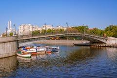 在底下莫斯科和河船的卢日科夫桥梁 库存图片