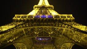 在底层警车艾菲尔铁塔,守卫公共秩序在夜巴黎 股票视频