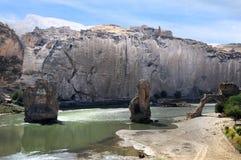 在底格里斯河的被毁坏的罗马桥梁 库存图片