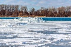 在底特律河的冰果酱 图库摄影