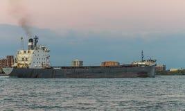 在底特律河的TECUMSEH散装货轮船黄昏的 库存图片