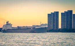 在底特律河的TECUMSEH散装货轮船 免版税库存图片
