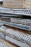 在废品旧货栈堆积的生锈的金属空调器 库存图片