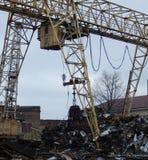 在废品旧货栈的桥式起重机 库存图片