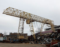 在废品旧货栈的桥式起重机 免版税库存图片