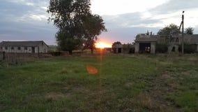 在废墟中的美好的日落 在向日葵以后的领域的日落 库存照片