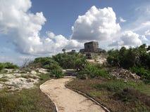 在废墟的印加人寺庙在加勒比海前面在Tulum 图库摄影