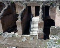 在废墟的楼梯 免版税库存照片