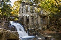 在废墟的瀑布 库存照片