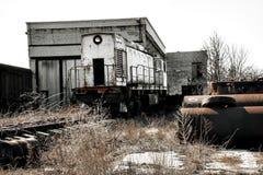在废墟的火车机车 免版税库存图片