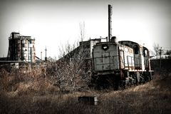 在废墟的火车机车 库存照片