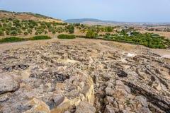 在废墟的看法从在巴鲁米尼附近的Su Nuraxi nuraghe在撒丁岛 库存照片