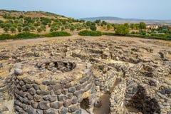 在废墟的看法从在巴鲁米尼附近的Su Nuraxi nuraghe在撒丁岛 库存图片