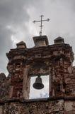 在废墟的老响铃与十字架 免版税库存图片