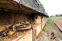 在废弃的铁路平台的生锈的信号齿轮 免版税库存照片