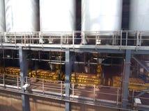 在废物的黄色烂泥坦克对能量转变公园 库存照片