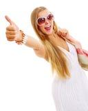 在度假显示好的符号的俏丽的女孩 免版税库存图片