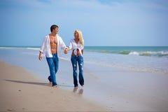 在度假的夫妇在海滩 免版税库存照片