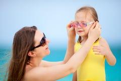 在度假的母亲和女儿 免版税库存照片