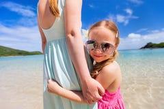 在度假的母亲和女儿 图库摄影