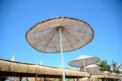 在度假胜地的伞 免版税库存照片