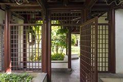 在庭院前后,之间门 免版税库存照片
