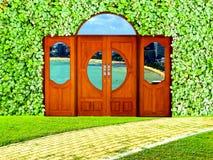 在庭院和海岸和城市视图的门和三叶草背景 库存照片
