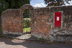 在庭院墙壁的维多利亚女王时代的Letterbox 库存图片