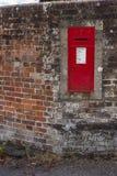 在庭院墙壁的维多利亚女王时代的Letterbox 免版税库存照片