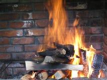 在庭院壁炉的火焰 免版税库存图片