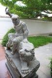 在庭院寺庙的中国人民雕象 库存图片