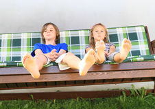 在庭院摇摆的孩子 免版税库存照片