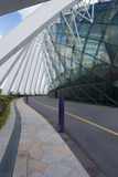 在庭院旁边,新加坡玻璃圆顶的步行道路由海湾的 库存照片