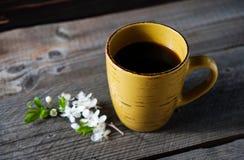 在庭院桌上的咖啡杯 免版税库存图片