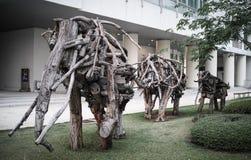在庭院的大木大象家庭 库存图片