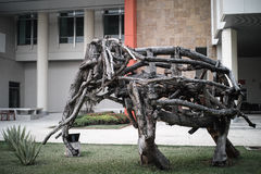 在庭院的大木大象 免版税库存图片