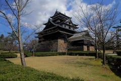 在庭院的日本城堡有天空背景 库存图片