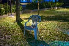 在庭院的椅子 免版税库存照片