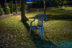在庭院的椅子 库存图片
